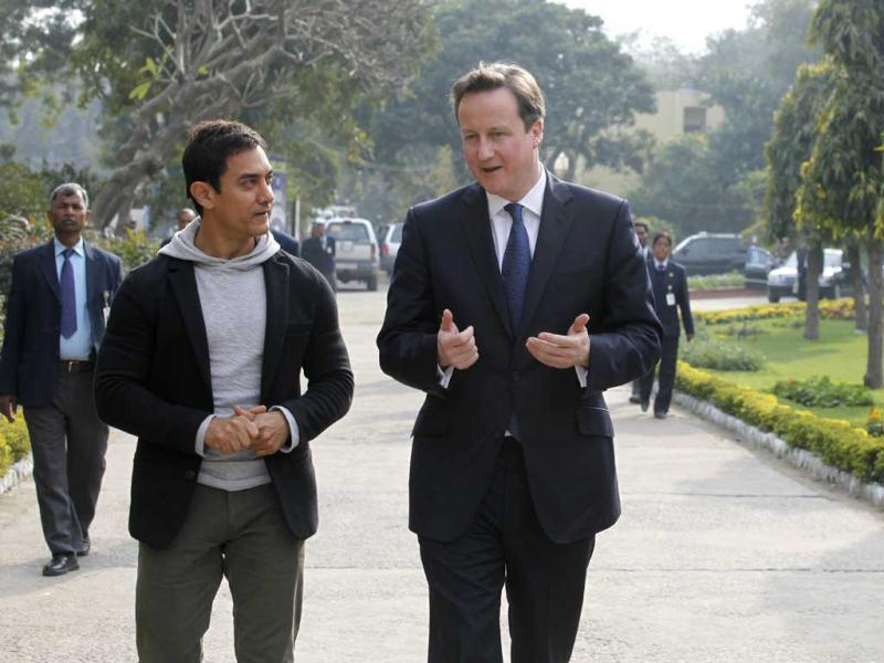 David Cameron and Aamir Khan about to meet Women Cab Drivers near Jhanki Devi College in New Delhi on Tuesday.(HT Photo)