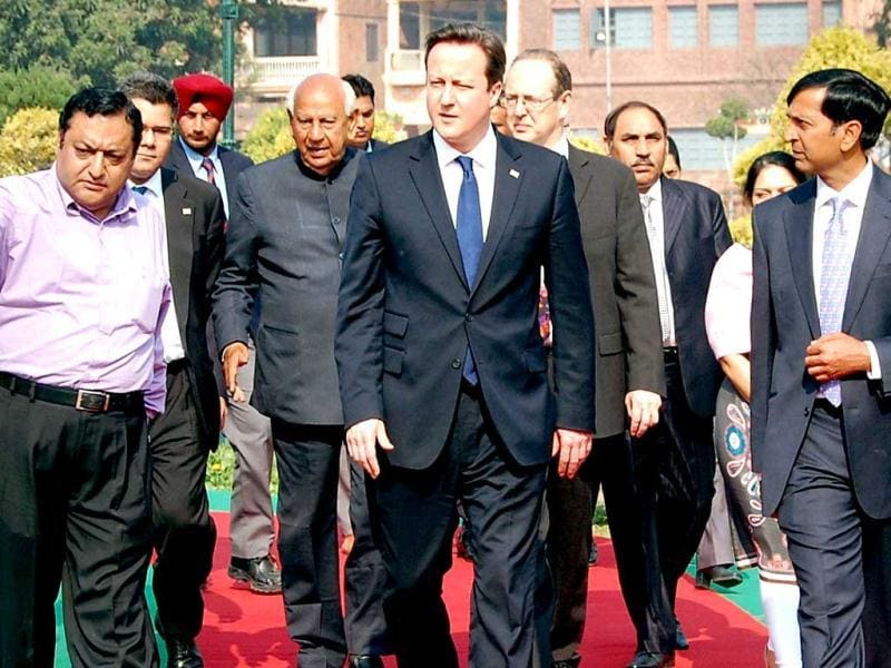 British Prime Minister David Cameron (c) arrives to lay a wreath in tribute to the Jallianwala Bagh martyrs at the memorial in Amritsar. AFP photo