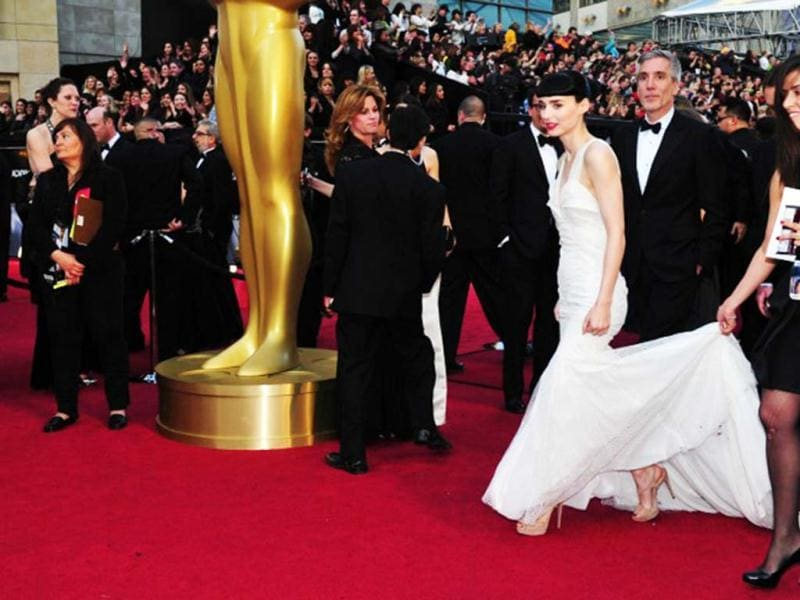 Rooney Mara has trouble holding her dress at the Oscars red carpet. AFP PHOTO