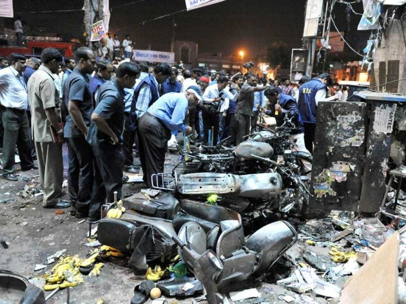 Police and investigators are pictured at the site of the bomb blast at Dilshuk Nagar in Hyderabad. (AFP Photo)