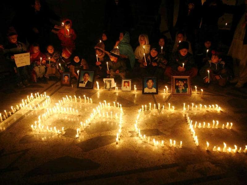 Shi'ite Muslims light candles at the site of Saturday's bomb attack to mourn for the victims in Quetta. (Reuters)