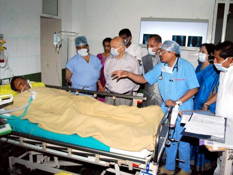 Union home minister Sushilkumar Shinde and Andhra Pradesh chief minister N Kiran Kumar Reddy with AP governor ESL Narismhan look at the victim who injured in the blast, at a hospital in Hyderabad. PTI