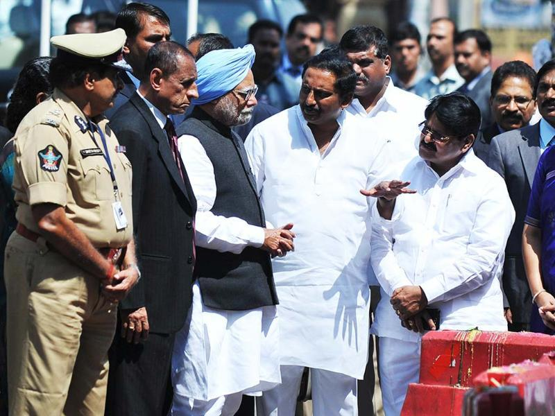 Prime Minister Manmohan Singh listens to chief minister of Andhra Pradesh, N Kiran Kumar Reddy during his visit to the site of the bomb blast at Dilsukh Nagar in Hyderabad. AFP/Noah Seelam