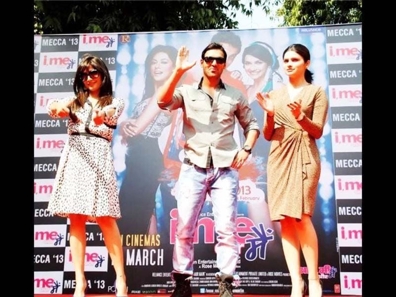 The crew of I Me Aur Main - John Abraham, Chitrangada Singh and Prachi Desai along with director Kapil Sharma and producer Goldie Behl visited Hindu College on Monday to promot their movie. (HT Photo)