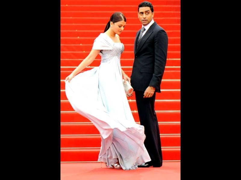 Aishwarya Rai adjusts her gown as hubby Abhishek Bachchan waits patiently at the screening of the movie Chun Feng Chen Zui De Ye Wan (Spring Fever) in competition at the 62nd Cannes Film Festival on May 14, 2009. AFP Photo