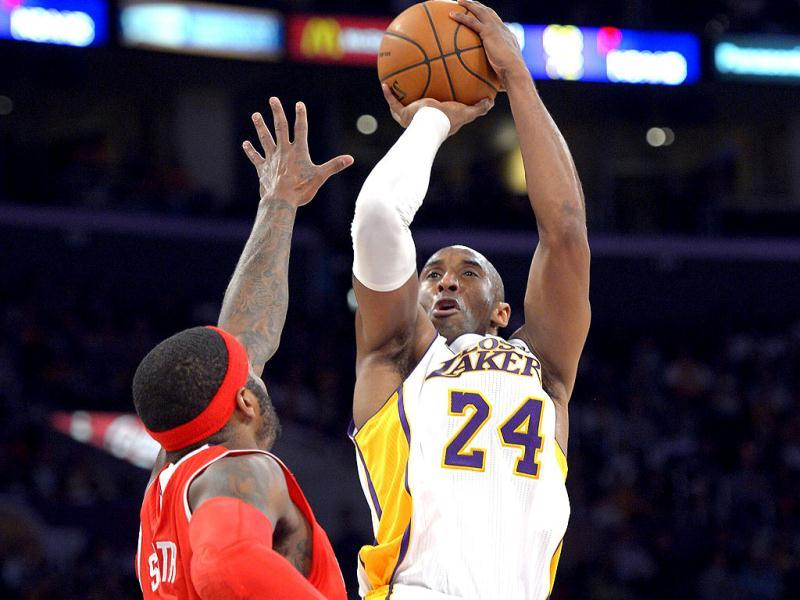 Los Angeles Lakers guard Kobe Bryant, right, puts up a shot as Atlanta Hawks forward Josh Smith defends during the first half of their NBA basketball game. (AP Photo)
