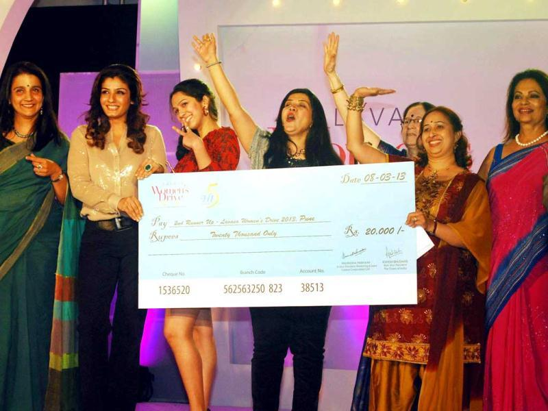 Raveena Tandon and classical dancer Hina Shah hold up a cheque for winners of Lavasa Women's Drive car rally, in Mumbai on Friday night. (UNI PHOTO)
