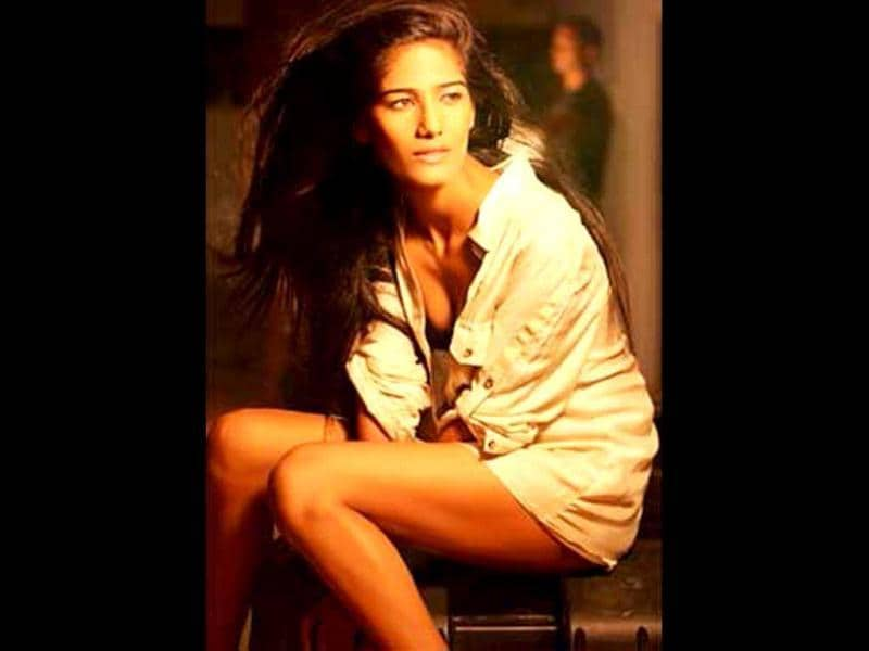 Poonam Pandey turns 22 today. Take a look at a few pics as we catch the sexy seductress on the sets of Nasha, her debut Bollywood movie set to release this year.