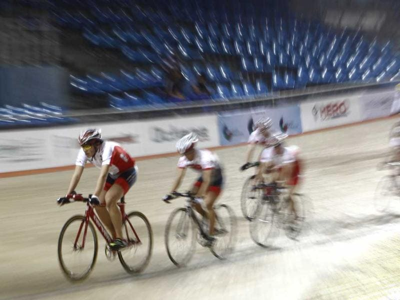 Participants compete in the 20kms points race event at IG Cycling Velodrome in New Delhi. HT/Vipin Kumar
