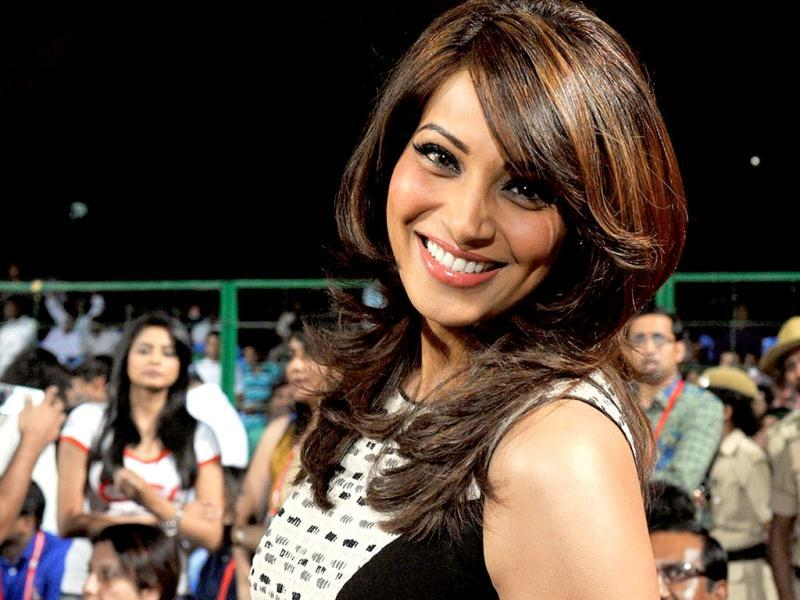 Bipasha Basu graces the camera with her million dollar smile at the CCL match in Bangalore. (AFP PHOTO)