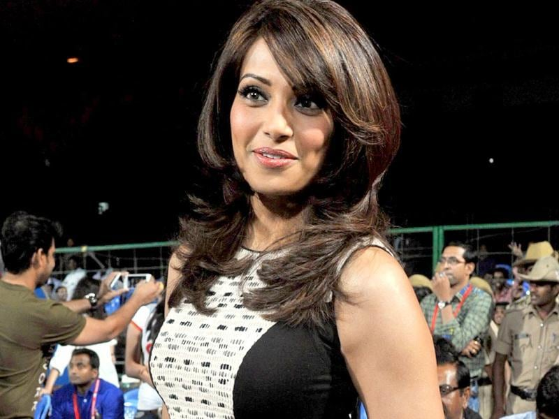 Bipasha gets dressed in a black shift as she attends the CCL matches in Bangalore. (AFP PHOTO)