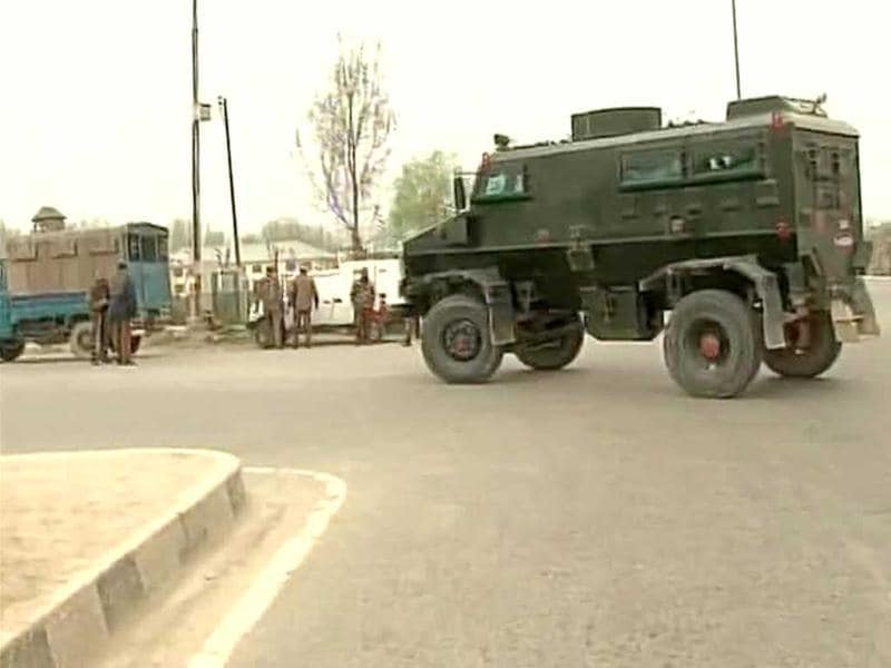 Bomb disposal vehicle arrives in Bemina school. Militants fired from buildings at the CRPF camp. Picture courtesy: ANI