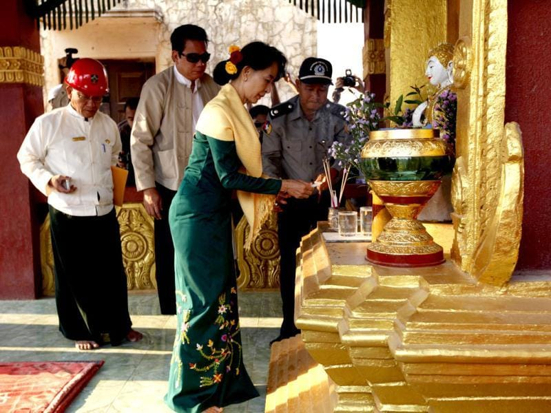 Myanmar opposition leader Aung San Suu Kyi offers candles at a pagoda in Lei-Ti monastery situated in the Letpadaung copper mine project area in Monywa, 760 kilometers (450 miles) north of Yangon, Myanmar. (AP Photo)