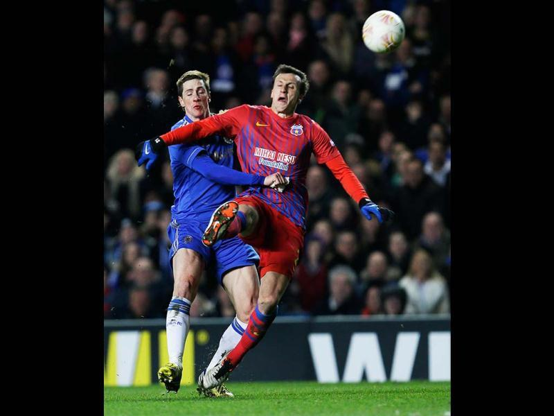 Chelsea's Fernando Torres, left, is blocked from the ball by Steaua Bucharest's Lukasz Szukata during the Europa League, round of 16, second leg soccer match between Chelsea and Steaua Bucharest at Chelsea's Stamford Bridge stadium in London. (AP Photo)