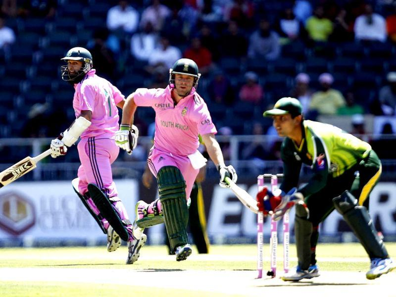 South Africa's batsman Hashim Amla watches his captain AB de Villiers making a run during their third One Day International (ODI) cricket match in Johannesburg. (Reuters)