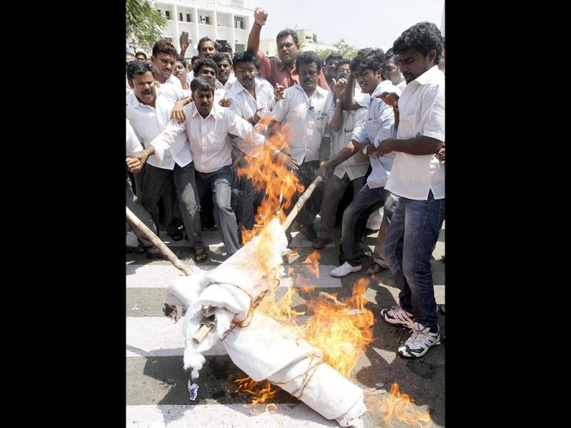Congress activists burn the effigies DMK chief M Karunanihi and Sri Lankan President Mahinda Rajapaksa in front of TNCC headquarters, in Chennai. UNI photo