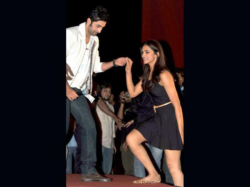 Chivalrous Ranbir Kapoor offers a hand to Deepika Padukone to help her get on-stage. (AFP Photo)