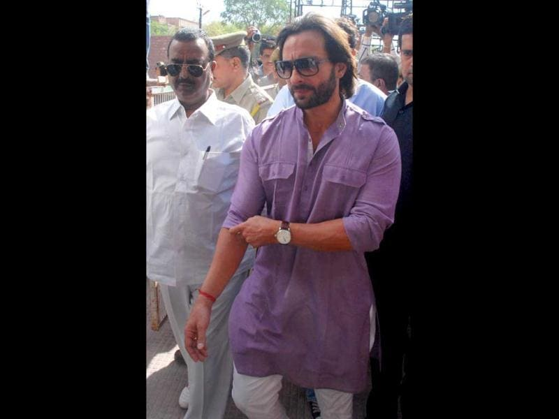 Bollywood star Saif Ali Khan on his way to court for hearing in the blackbuck poaching case in Jodhpur. (UNI)