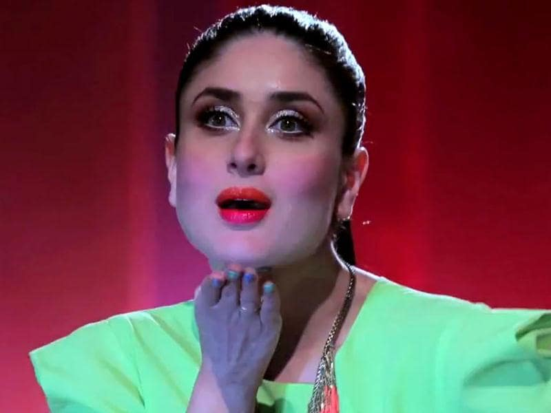 Kareena Kapoor can wear all the colours of the rainbow and still look good! (Photo Courtesy: Lakme India/Youtube)