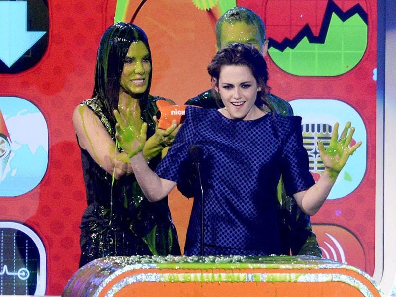 Kristen Stewart accepts the award from Sandra Bullock and Neil Patrick Harris for favorite movie actress at the 2013 Kid's Choice Awards in Los Angeles, California. Reuters photo