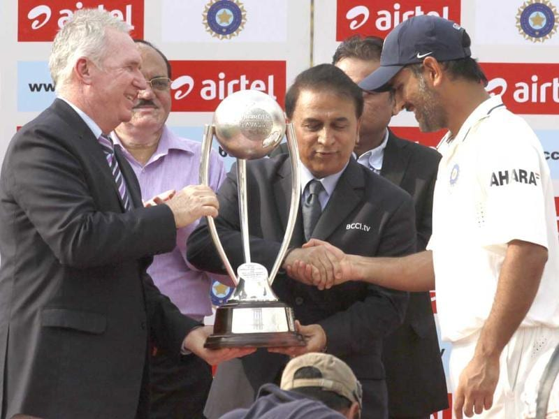 Former Australian and Indian cricket captains Allan Border and Sunil Gavaskar present trophy to captain MS Dhoni after winning the test series against Australia in New Delhi . HT/Virendra Singh Gosain
