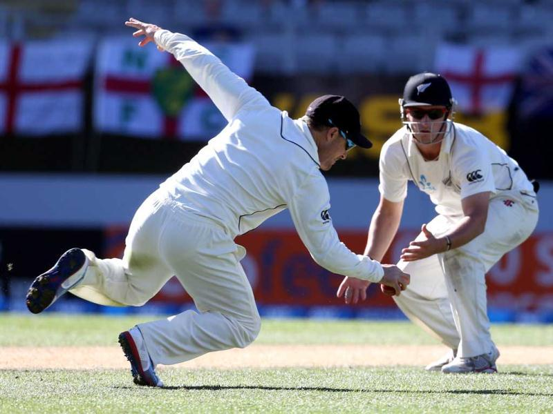 New Zealand's Brendon McCullum (L) and Hamish Rutherford (R) field in close to the batsman during day four of the Test match between New Zealand and England at Eden Park in Auckland. AFP photo