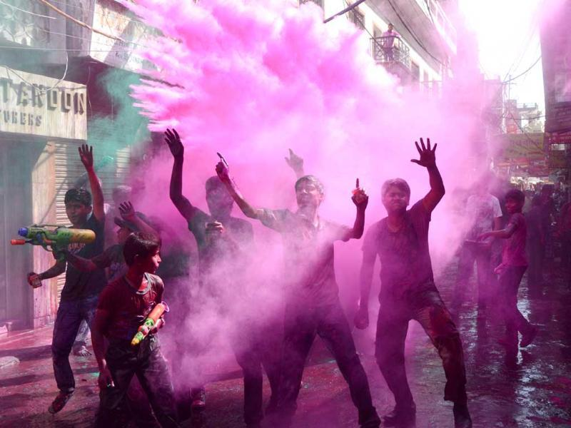 People enjoying the Holi festival at Chowk area, in Lucknow. HT/Deepak Gupta