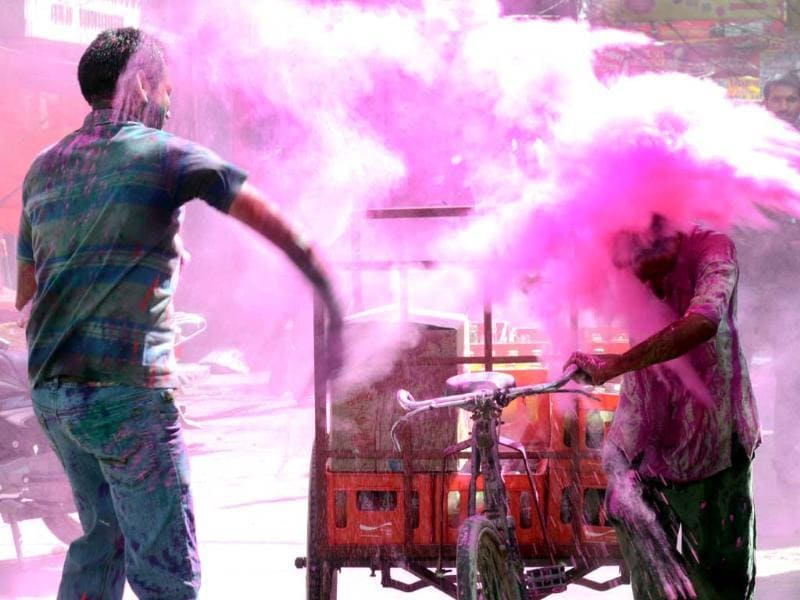 People enjoying the festival of Holi at Chowk area, in Lucknow. HT/Deepak Gupta