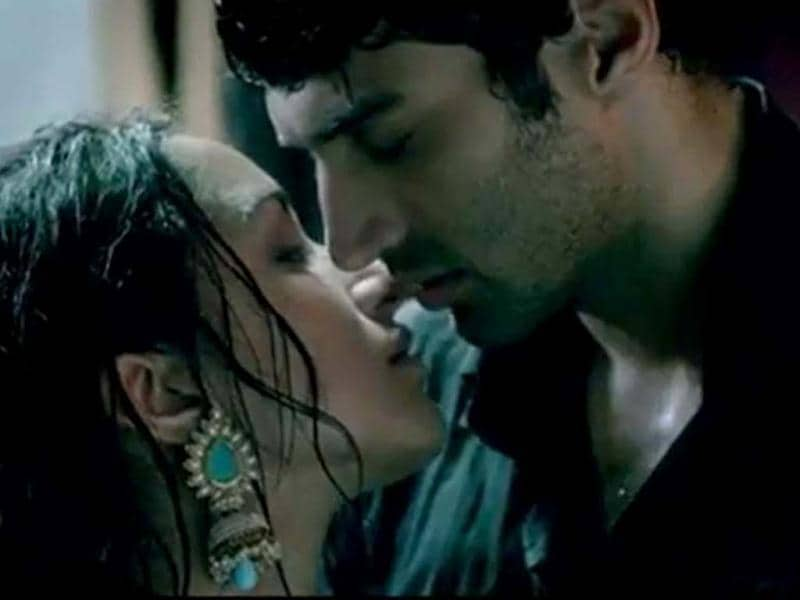 Aditya Roy Kapoor and Shraddha Kapoor's chemistry in the recently released trailer of Aashiqui sequel looks mindblowing. Check out the two in fresh stills.