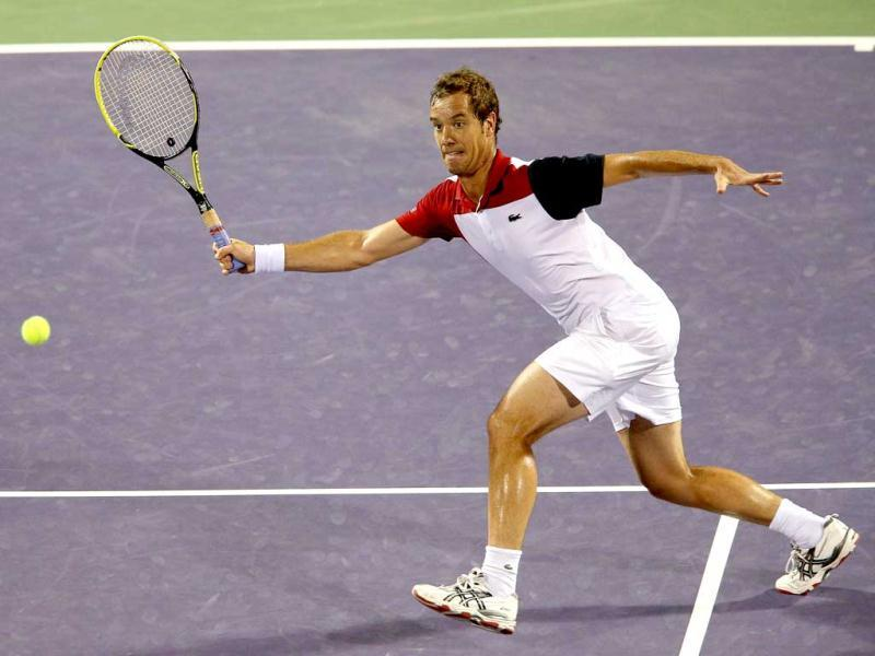 Richard Gasquet of France stretches to play a forehand volley against Andy Murray of Great Britain during their semi final match at the Sony Open at Crandon Park Tennis Center in Key Biscayne, Florida. (AFP Photo)