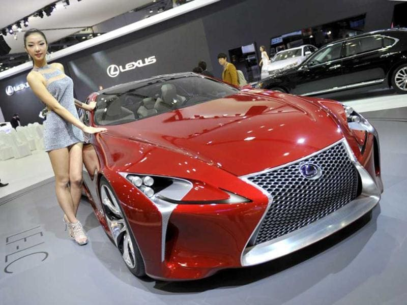 A South Korean model poses with Lexus sport concept car LF-LC during a press preview of the Seoul Motor Show in Goyang, north of Seoul. (AFP Photo)