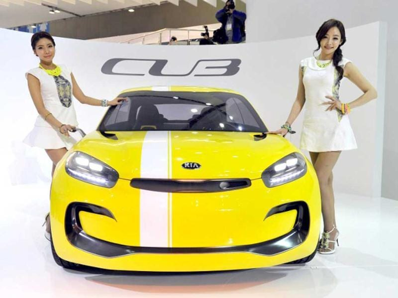 South Korean models pose with Kia Motors' concept car CUB during a press preview of the Seoul Motor Show in Goyang, north of Seoul. (AFP Photo)