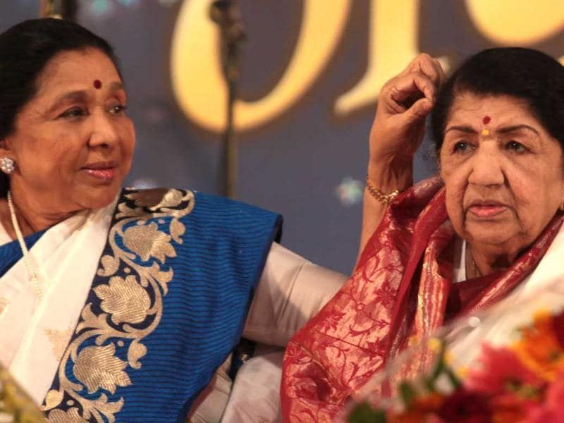 It was a touching moment as Bharat Ratna Lata Mangeshkar blessed her sister Asha Bhosle during her felicitation in Mumbai on Sunday night. Take a look.( Photo by Vidya Subramanian/Hindustan Times)