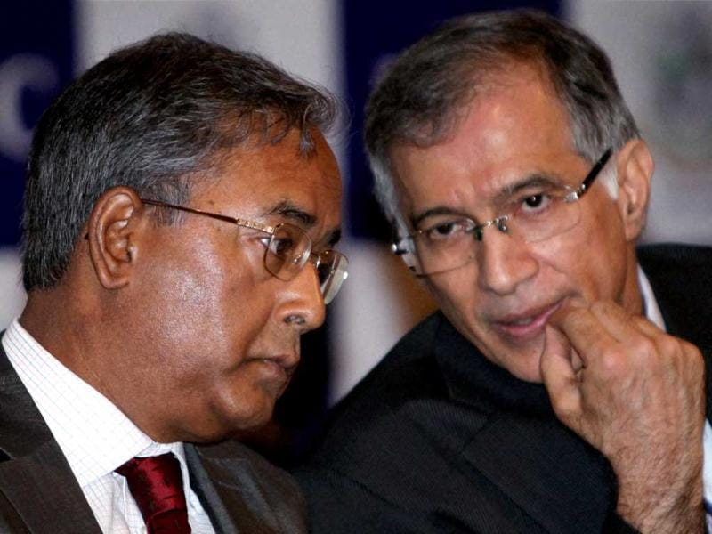 SEBI chairman UK Sinha (L) interacts with Indian Merchants Chamber president Niranjan Hiranandani during on Investment Outlook 2013 in Mumbai. (PTI)