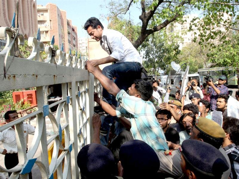 JNU students try to enter the Banga Bhavan during a protest against West Bengal CM Mamata Banerjee over the death of SFI activist Sudipto Gupta, in New Delhi. PTI Photo