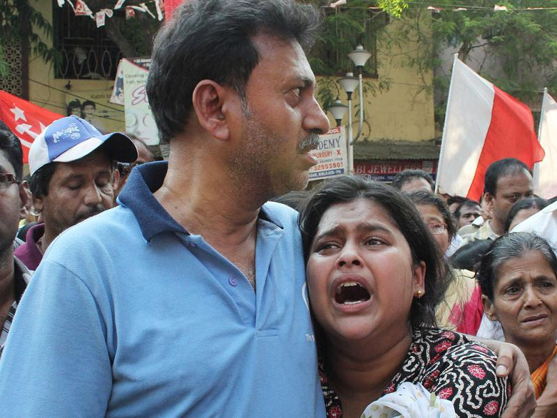 A student of SFI leader Sudipto Gupta breaks down at his funeral procession in Kolkata. HT Photo