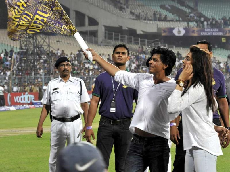 Shah Rukh Khan and Deepika Padukone waving towards the crowd and celebrating Kolkata Knight Riders first win over Delhi Daredevils at Eden Gardens. (Photo by Subhendu Ghosh/Hindustan Times)