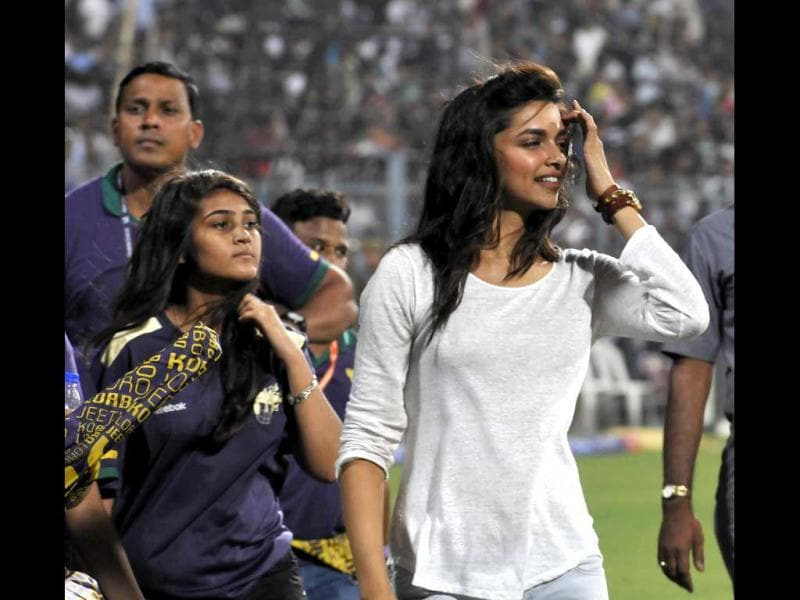 Deepika Padukone is a dedicated supporter of RCB but her bonding with Shah Rukh brought her to the KKR match as she rooted for the team. (Photo by Subhendu Ghosh/Hindustan Times)
