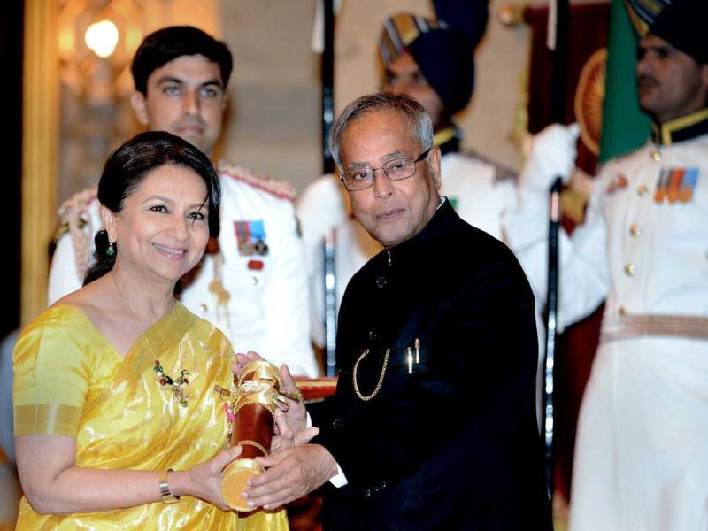 President Pranab Mukherjee (R) presents the Padma Bhushan award to Indian film actress Sharmila Tagore during the presentation of the Padma Awards 2013 at The Presidential Palace on Friday. (AFP Photo)