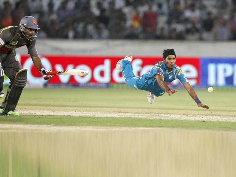Pune Warriors player Ashok Dinda dives unsuccessfully in an attempt to run out Sunrisers Hyderabad batsman Akshath Reddy during their IPL T20 in Hyderabad. HT/Santosh Harhare
