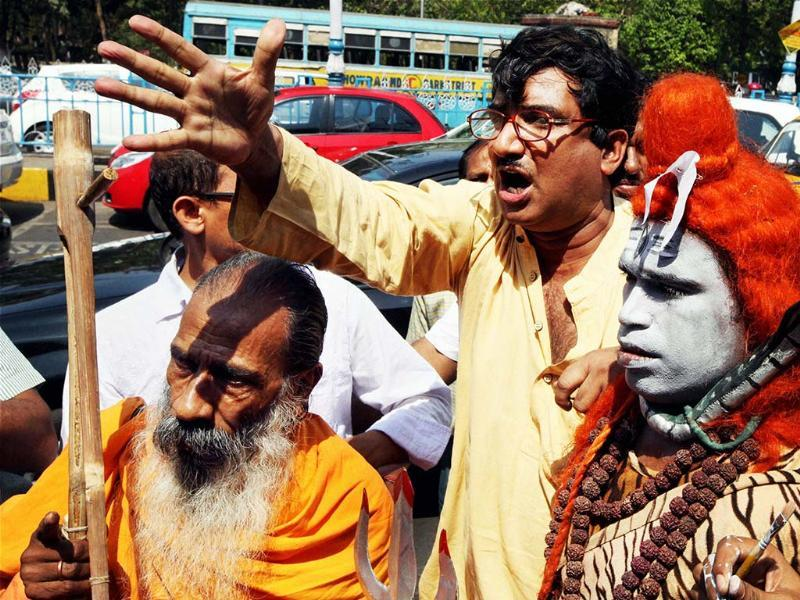 Members of a non political organization holding a protest in Kolkata against Modi's Kolkata visit on Tuesday.(PTI)