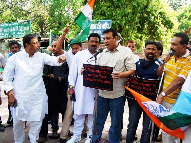 Mukul Roy along with other TMC leaders protesting over the heckling of party chief Mamata Banerjee and Amit Mitra by Left activists, in New Delhi. PTI Photo