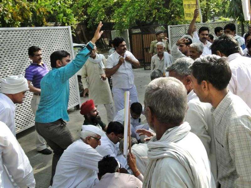 Akhil Bhartiya Jat Arkshan Samiti workers intruded at home minister Sushil Kumar Shinde's house, in support of their demands at Krishnan Menon Marg in New Delhi. (HT)