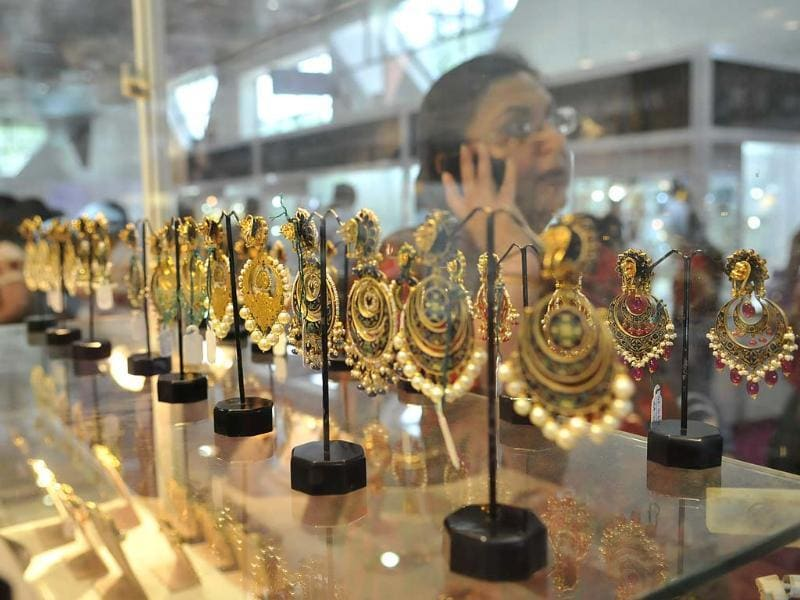 Visitors at an exhibitors stall at the Gem and Jewellery Fair in New Delhi. . HT Photo/Vipin Kumar