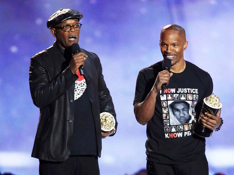 Actors Samuel L. Jackson (L) and Jamie Foxx accept the award for Best WTF Moment for Django Unchained at the 2013 MTV Movie Awards in Culver City, California April 14, 2013. (Reuters/UNI Photo)