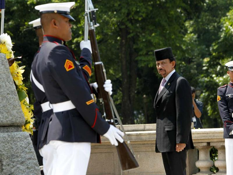Visiting Brunei Sultan Hassanal Bolkiah (C) stands at attention after offering a wreath of flowers at the monument of national hero Dr. Jose Rizal upon his arrival at the Luneta park in Manila. (Reuters)