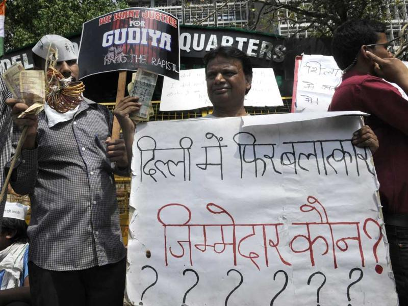 People protesting against the rape of a five-year-old in the capital at Police Head Quarter in New Delhi. HT/Sushil Kumar
