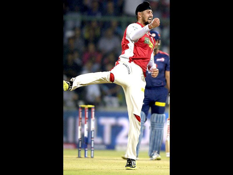 Kings XI Punjab's Harmeet Singh celebrates the wicket of Sehwag during T20 match against Delhi Daredevils at Ferozshah Kotla in Delhi. (Vipin Kumar/HT)
