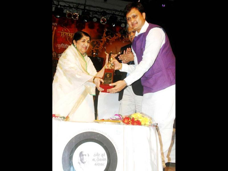 Lata Mangeshkar presenting award to Marathi actor Sunil Barve at Master Dinanath Mangeshkar Award ceremony. (UNI Photo)