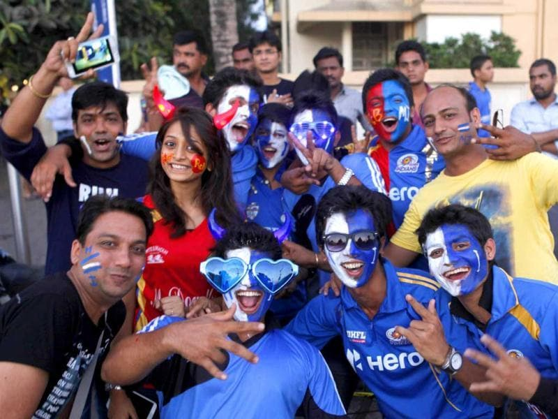 Crowd cheers outside Wankhede Stadium for Mumbai Indians and Royal Challengers Bangalore cricket match in Mumbai. HT photo/Kunal Patil
